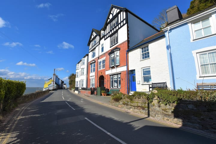 Seafront Cottage in Aberdovey, 2 bedrooms, sleeps4