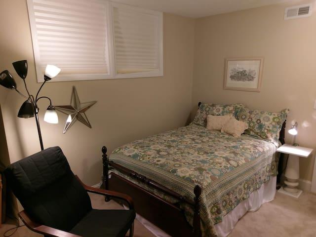 Private room in Artsy Home, Olivia's Full
