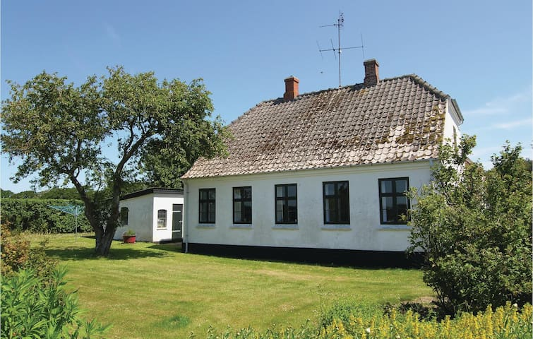 Former farm house with 2 bedrooms on 80m² in Humble