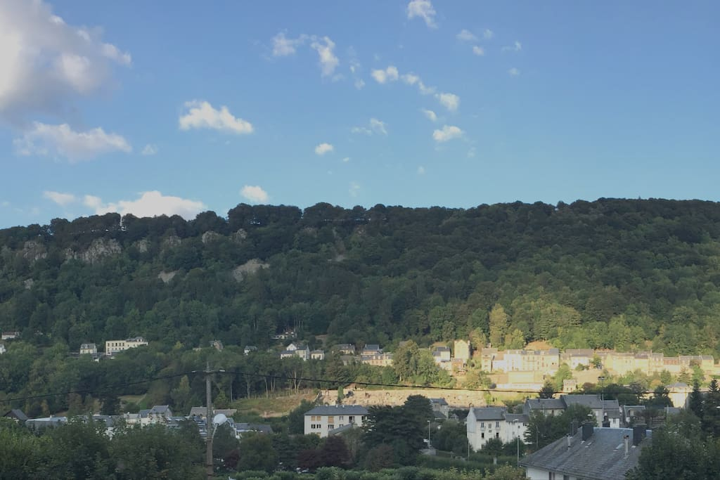 Vue sur la montagne et le village depuis la terrasse
