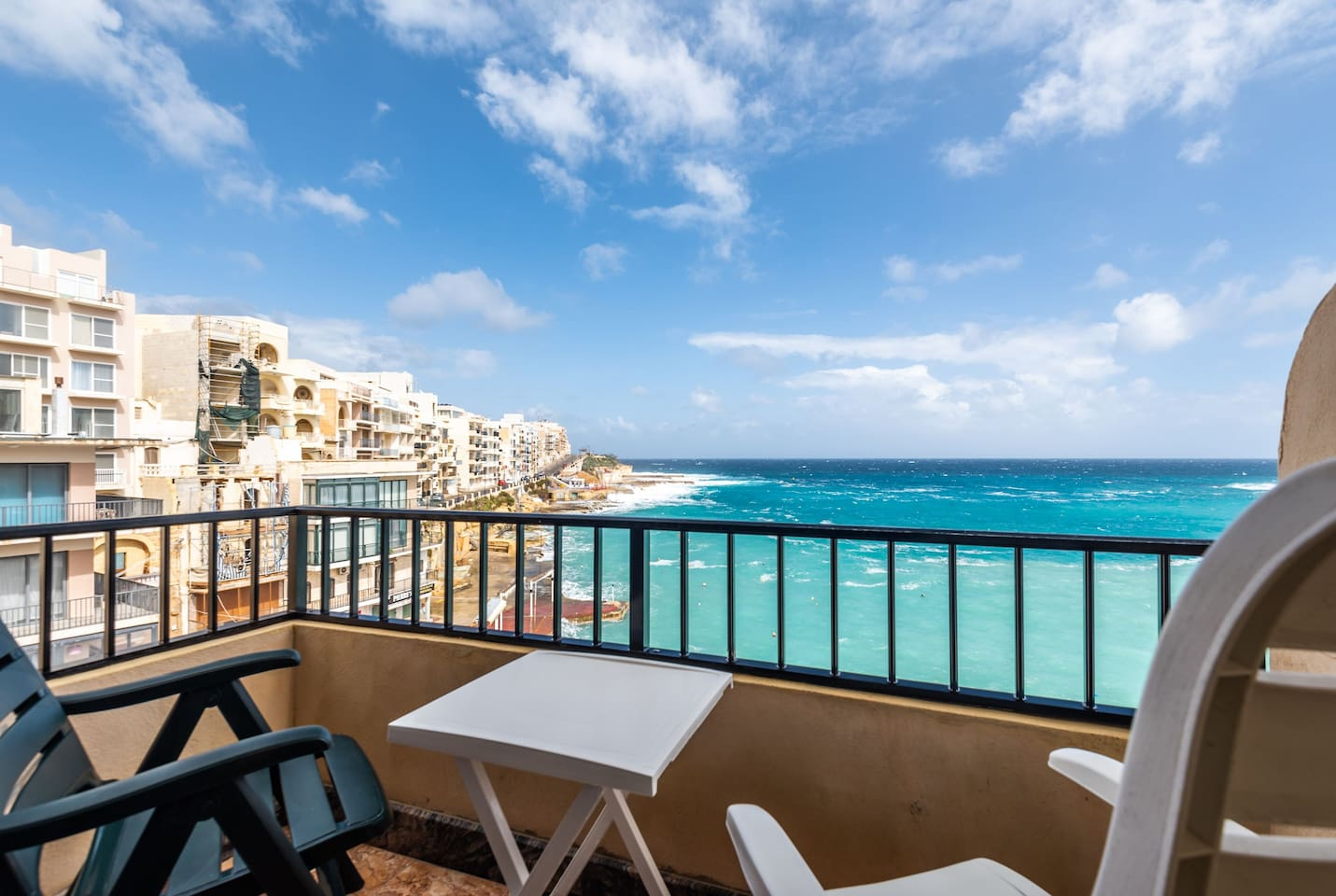 The small balcony with its fantastic sea view, offers enough space for 2 persons