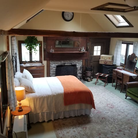 Queen bed, working fireplace