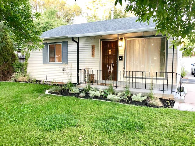 Modern Bohemian 2BR Home, 10 mins to downtown