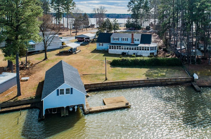 7 Bedroom, 4 bath lake front home with boathouse