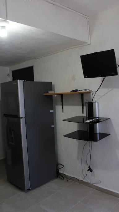 (Vista desde la regadera) refrigerador y televisión.
