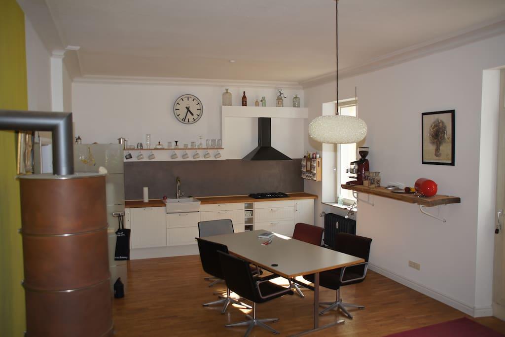 Wohnküche mit großem Esstisch