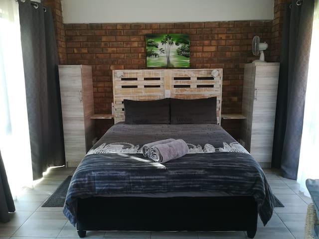 Cozy spacious studio, 8km from ORT, Edenvale