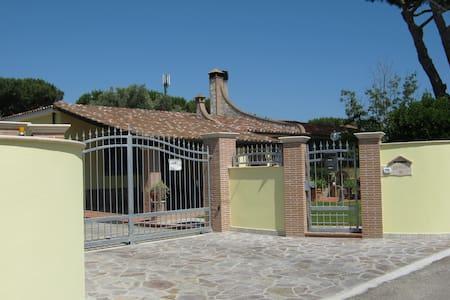 Villetta a 300metri dal mare con ampio giardino - Terracina - วิลล่า