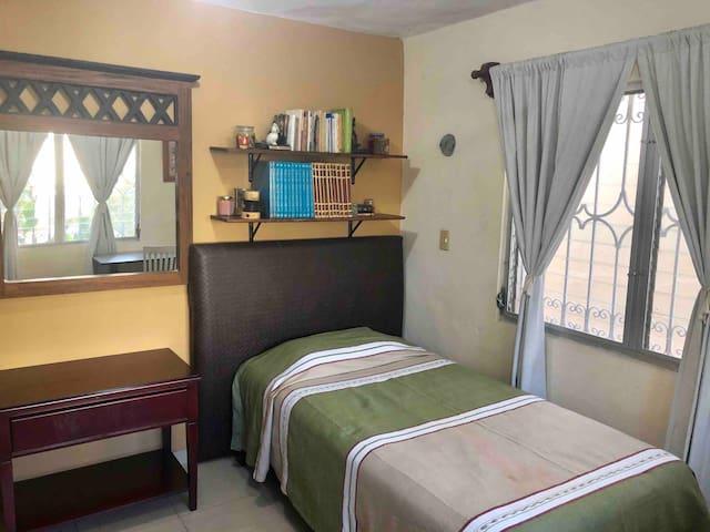 Cuarto privado 3 con AC en cálida y cómoda casa