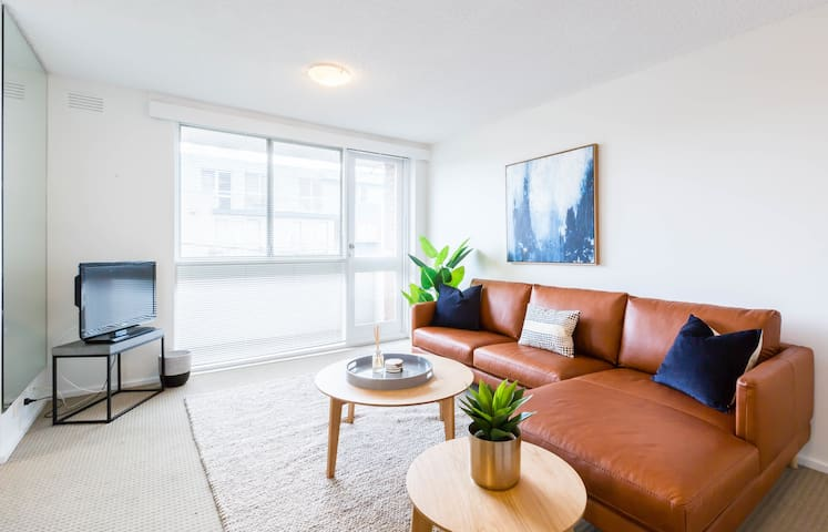 ★ST KILDA BEACHSIDE APT★ Balcony | Parking | 1BD