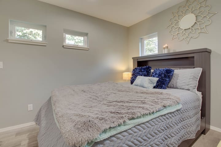 2/27 Queen bed with lots of natural lighting