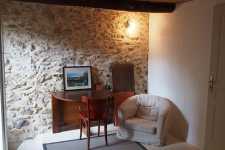 Chambre indépendante au coeur du village - Volonne - Casa