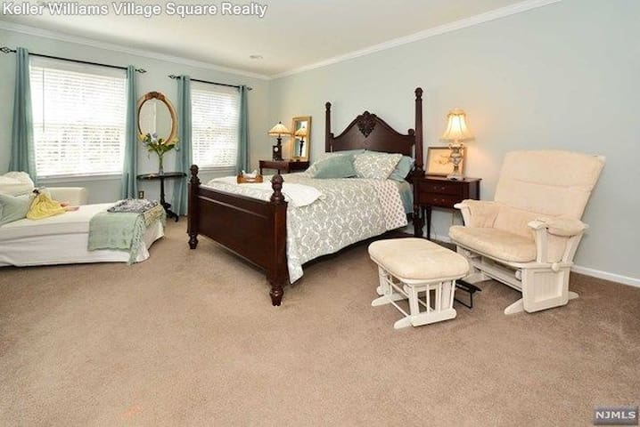 rooms in a mansion - Mahwah - Huis