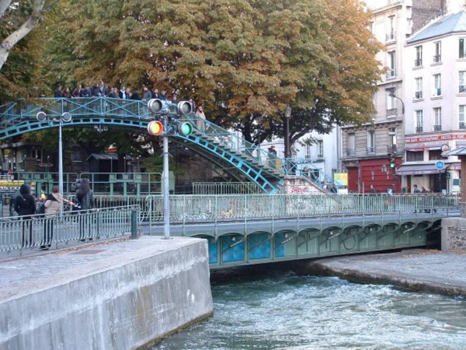 Pont tournant menant à la rue