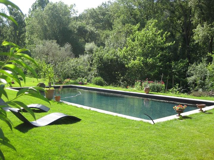 T2  de 40m² + parc ,  grande piscine et rivière.