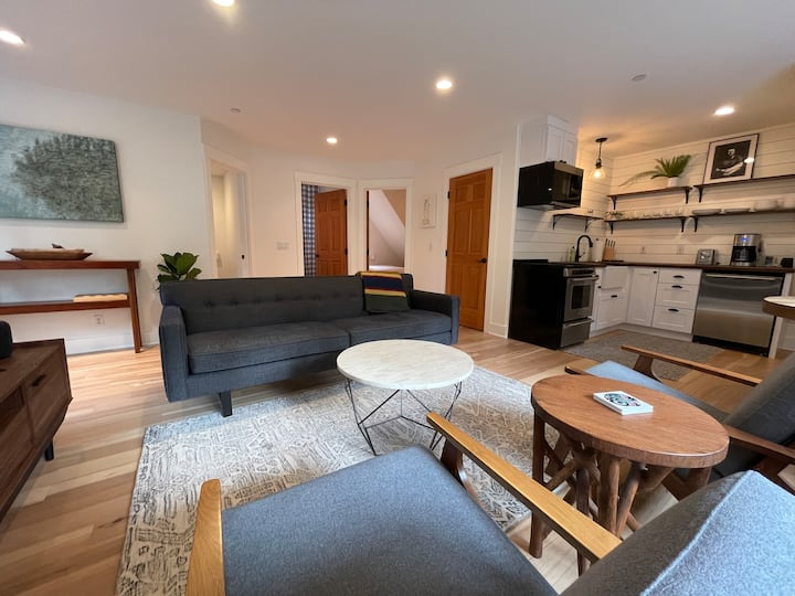 Beautifully Renovated Carriage House Apartment