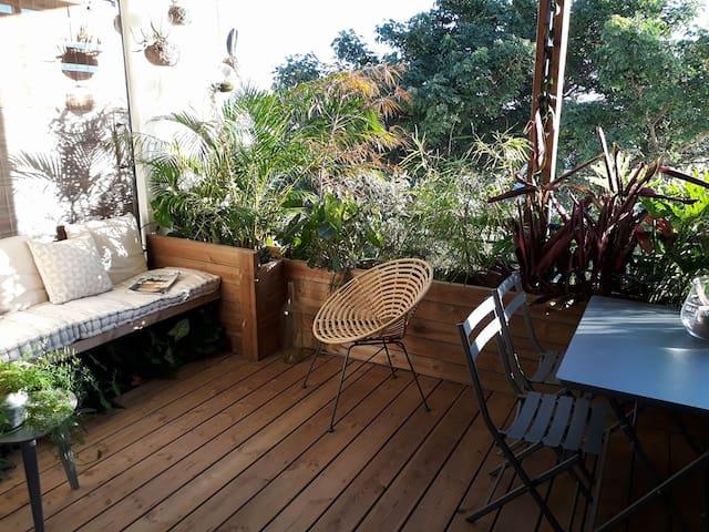 Appartement complet avec terrasse arborée vue mer.