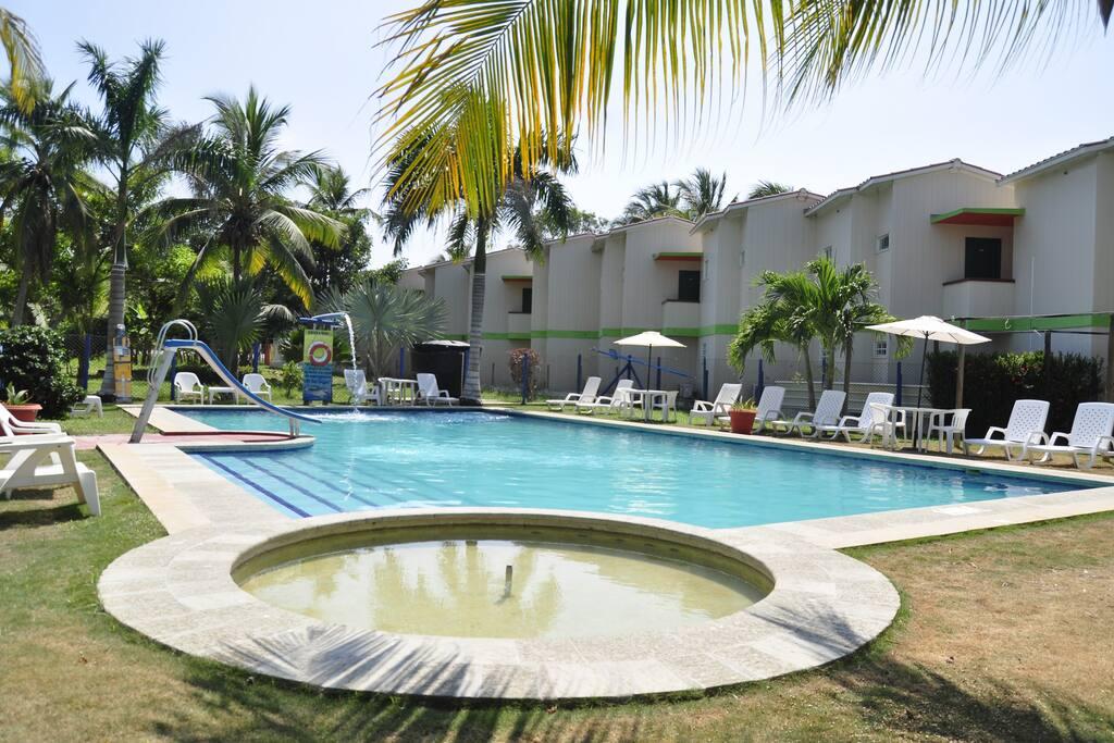 Habitaciones frente al mar con desayuno y piscina for Hotel con piso de vidrio sobre el mar