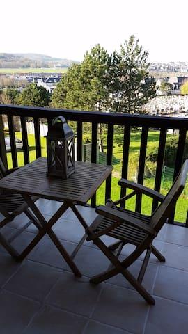 Balcon idéal pour couchers du soleil sur trouville deauville : 1 table et 2 chaises