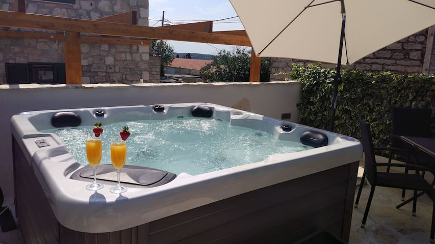 Vacation home Toma with private outdoor jacuzzi