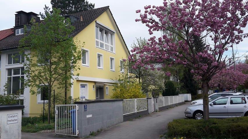 Cosy Bavarian room on 2nd floor - Mnichov - Dům