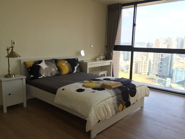 The new, clean and large bedroom - East District - Apartmen