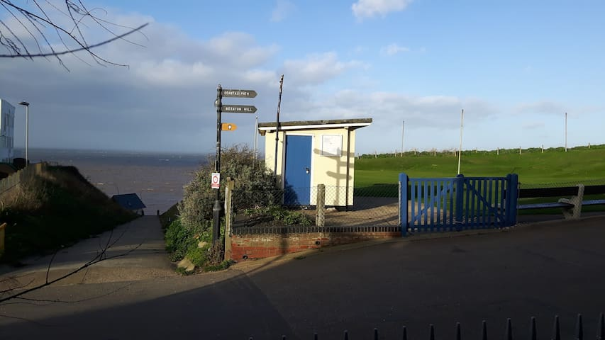 Grnd floor apartment with sea views, beach access. - Sheringham