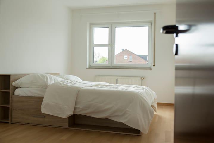 Room &own bath near Düsseldorf &2min trainst/ Wifi