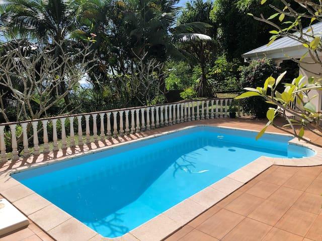 "Chambre ""Tipanie"", calme dans villa avec vue s/mer"
