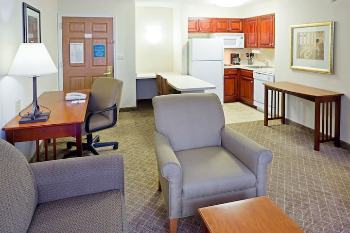 Outdoor Pool. Free Breakfast. Gym. Suite w/ Kitchen Only 30 Min to Six Flags!