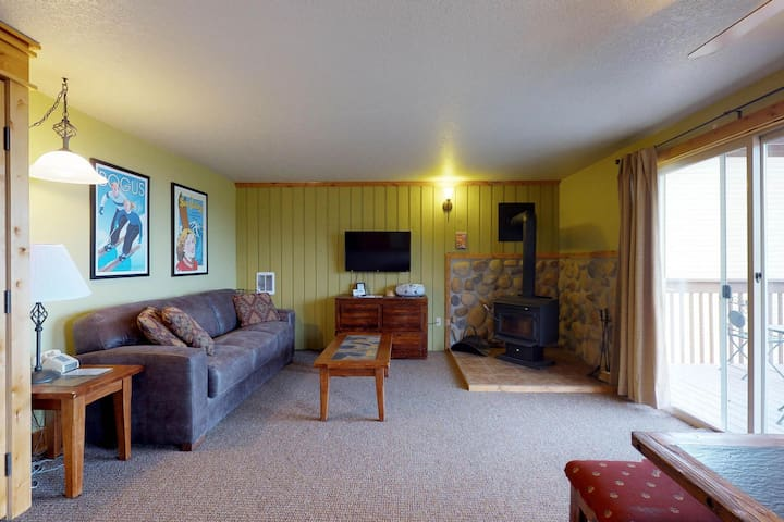 Cozy condo with a shared hot tub, a deck & ski-in/ski-out access