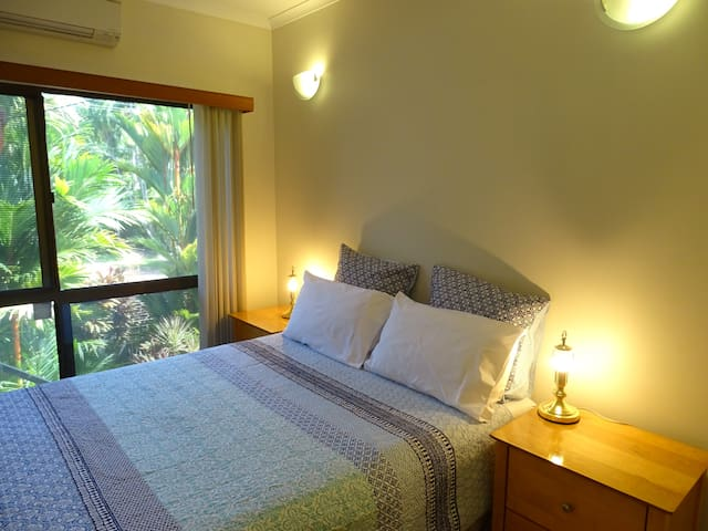 This queen-size bedroom over looks the beautiful front tropical garden. The road leads down to the mangroves which means the bird life is plentiful, there is a park within 50meters of the house with huge old trees with amazing canopies to give much needed shade and a great play area for the kids