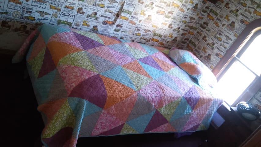 Orange Room | Hip & Cozy Room w/ Twin Bed