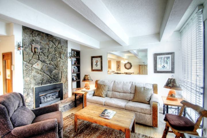 Vail International #311 Cozy Condo 2bed/2bath Walking Distance to Ski Lifts
