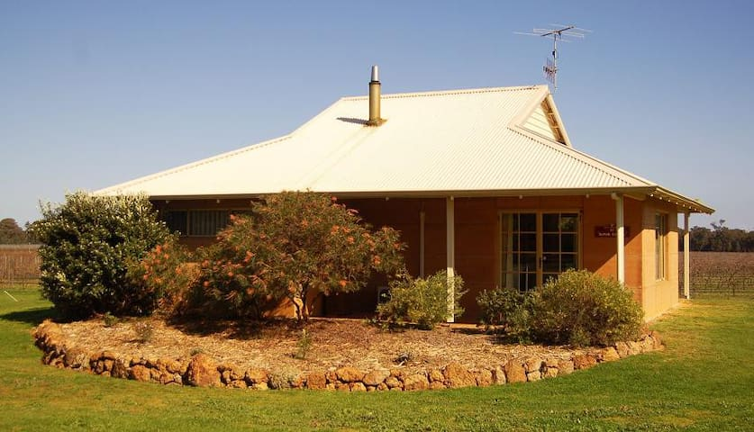 Adinfern Estate Vineyard Cottage - Cowaramup - Almhütte