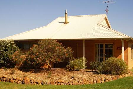 Adinfern Estate Vineyard Cottage - Cowaramup