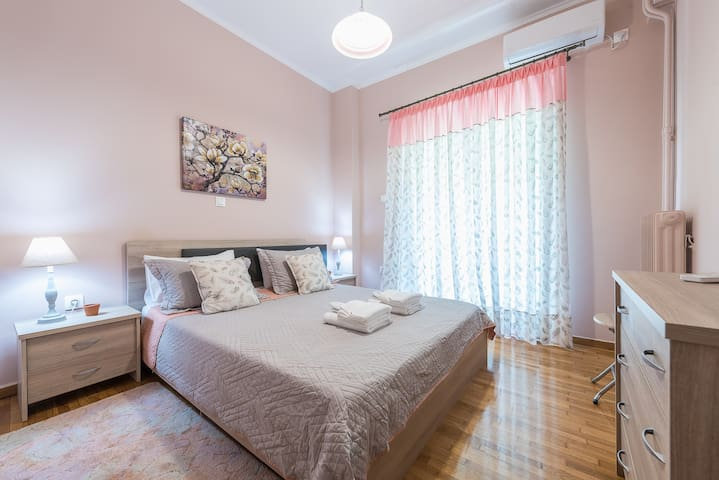 A cozy Acropolis apartment with parking