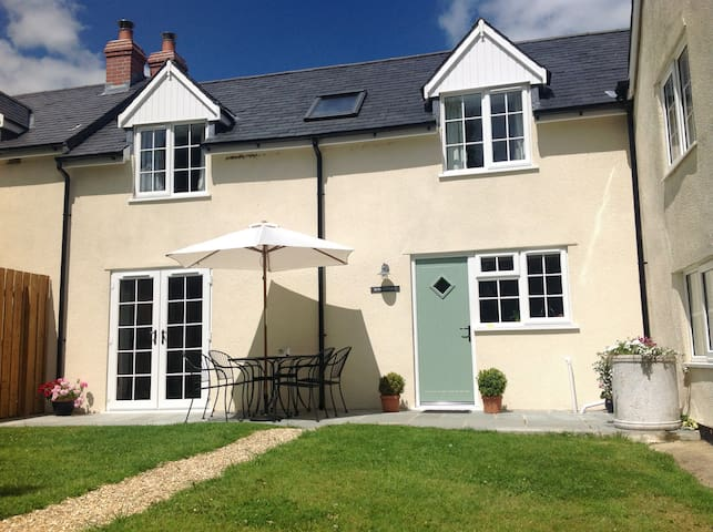 Rose Cottage, edge of pretty village, Sleeps 4