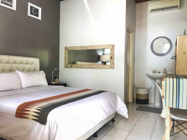 The Kamar - 100 Meters From Beach of Seminyak