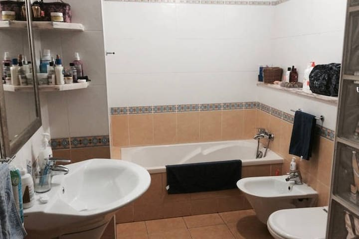 SPACIOUS SUNNY ROOM, DOWNTOWN W/ PRIVATE BALCONY - Faro - Apartment