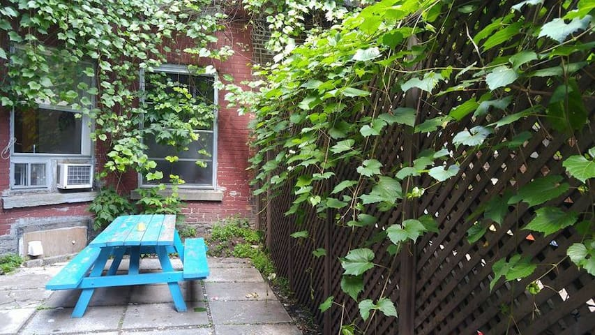 Bedroom in the heart of Mile End - Montreal - Apartamento