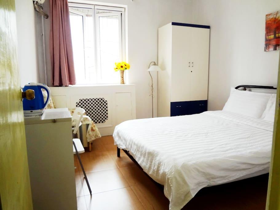 宜家办公桌,苹果牌双人床和衣柜