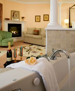 Rosalyn Elkan King Suite - Lenox - Bed & Breakfast