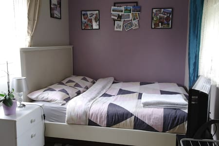 Cosy & clean & cheap room 10 minutes from Gatwick