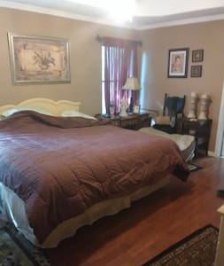 Close to DFW airport home away from home - Bedford