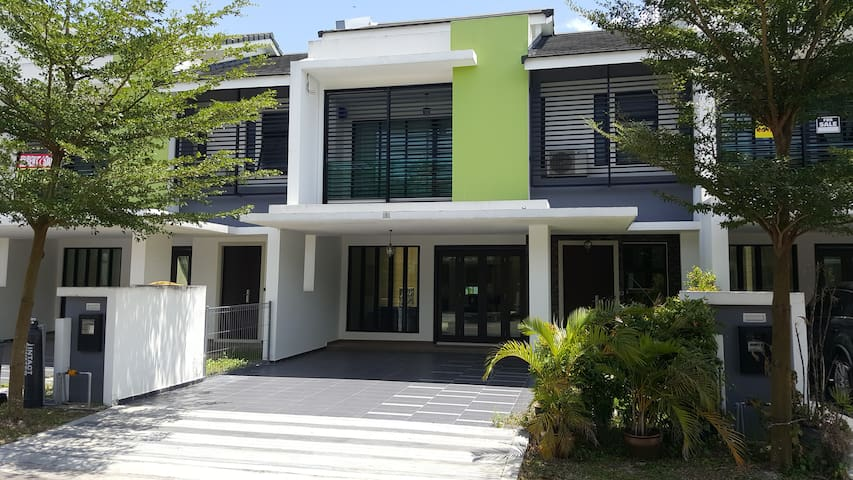 Tranquility Homestay Near Legoland 4 Bdrms+5 baths - Gelang Patah