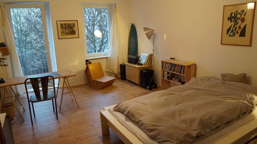 sunny and charming room in a Neukölln flat