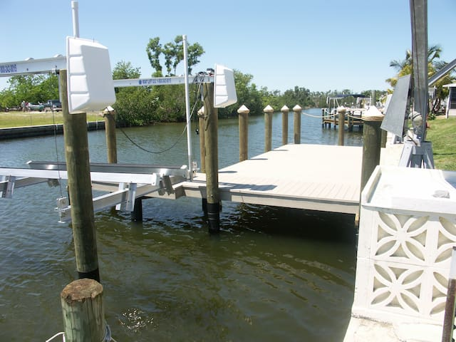2/2, dock, lift, no bridges, deep water, 3 kayaks.