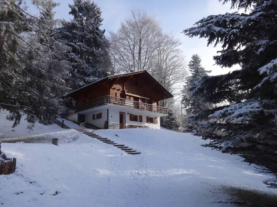 Arrivée au chalet en hiver