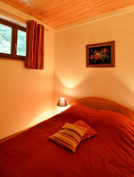 Chambre 1: Lit double et armoire
